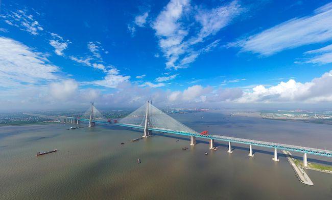 Rekordbrücke in China: Die 11 km lange Hutongbrücke mit der zentralen Schrägseilbrücke mit 1.092 m Länge.   Foto: Imaginechina Limited / Alamy Stock Photo