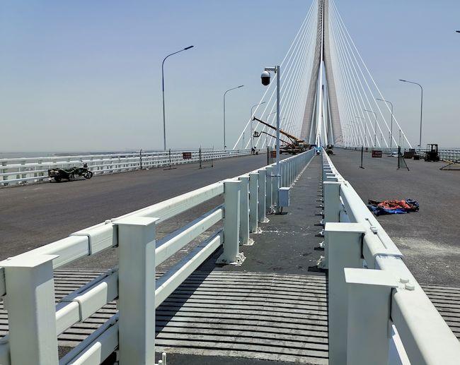 Oberdeck der doppelstöckigen Hutong-Brücke nördlich von Shanghai. Die Dehnfuge wurde in zwei Teilen geliefert und vor Ort zusammengeschweißt.    Foto: MAURER