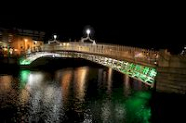 Halfpenny Bridge in Dublin bei Nacht